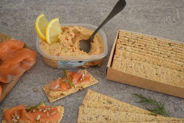 Sumuštiniai su lašiša ir humusu