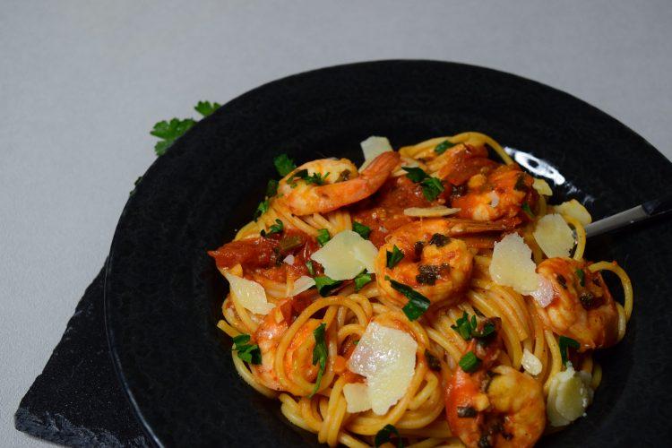 Makaronai su pomidorais ir krevetėmis