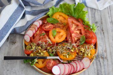 Spalvingos pomidorų salotos