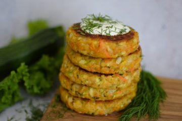 Cukinijų ir morkų kepsneliai su svogūnu