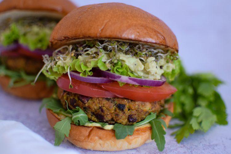 Vegetariškas burgeris su gvakamole, grybų ir pupelių paplotėliu