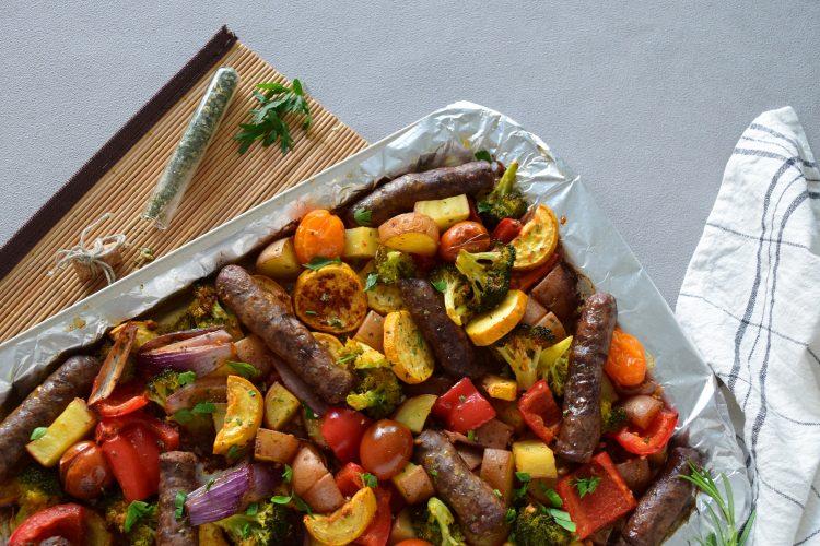 Orkaitėje keptos daržovės su jautienos dešrelėmis