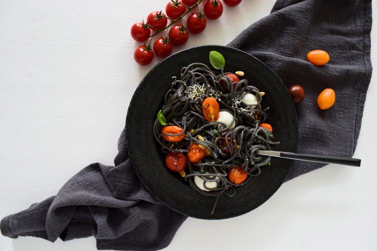 Juodieji makaronai su mocarela ir pomidorais