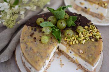 Gaivus jogurtinis tortas su agrastais ir becukrių sausainių pagrindu