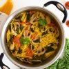 Makaronai be glitimo, troškinti su daržovėmis ir kvapniais prieskoniais
