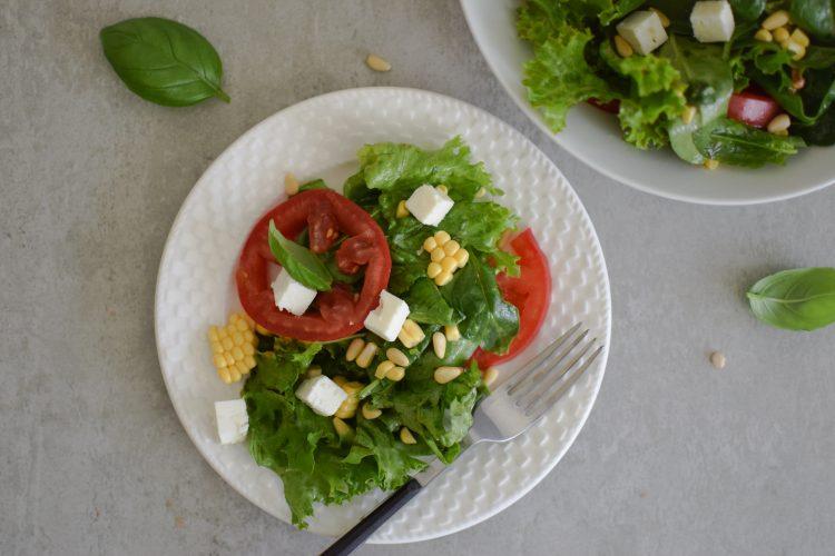 Salotos su špinatais, pomidorais, kukurūzais ir fetos sūriu