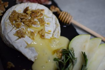 Keptas kamembero sūris su medumi ir graikiniais riešutais