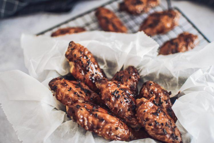 Lipnūs BBQ skonio vištienos sparneliai be glitimo, kepti orkaitėje