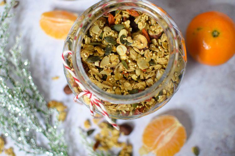 Sveika naminė granola su riešutais ir sėklomis, apelsinais ir meduolių prieskoniais