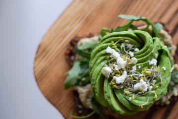 Sveikas vegetariškas sumuštinis su avokadu ir humusu