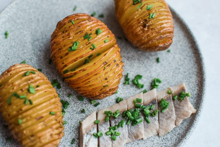 Orkaitėje keptos bulvės su silke