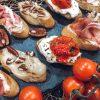 Brusketos su sūriu, pomidorais ir kumpiu