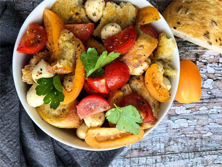 Pomidorų ir mocarelos salotos su ciabatta
