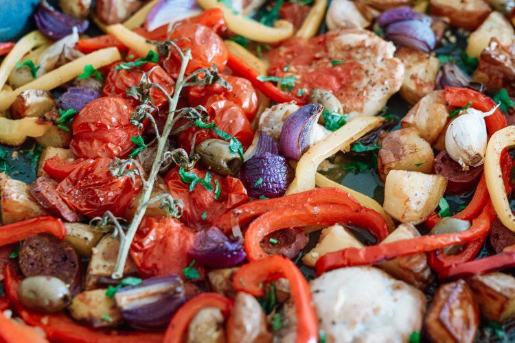 Orkaitėje keptos daržovės su čiorizo ir vištiena