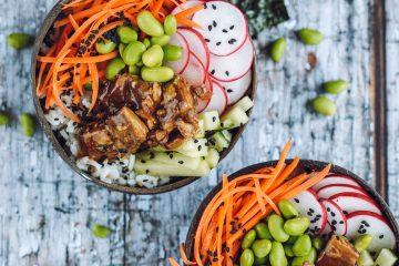 Sushi dubenėliai su daržovėmis ir žuvimi