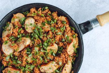 Vienos keptuvės ryžiai su dešrelėmis