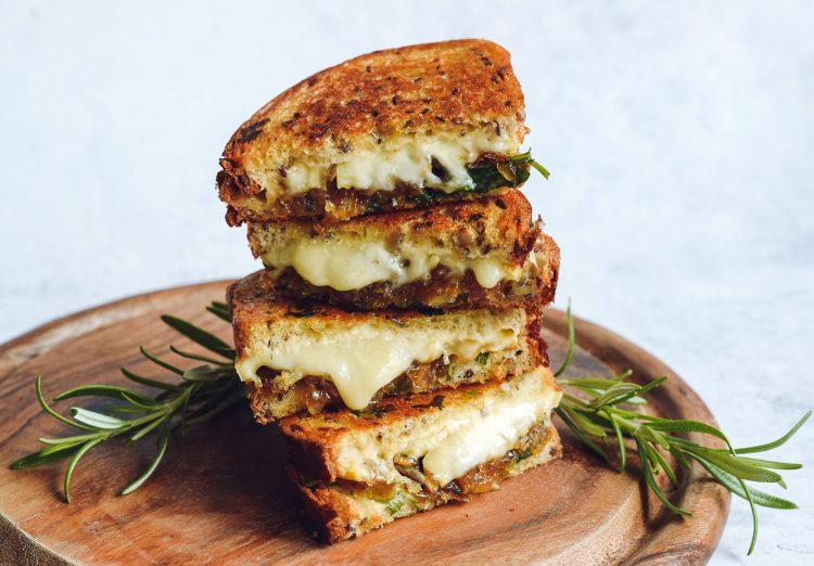 Kepti sumuštiniai su sūriu ir karamelizuotais svogūnais